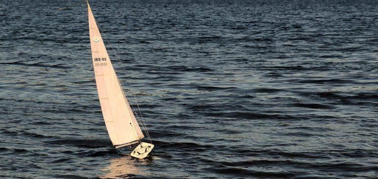 Motorbåt eller segelbåt – vad passar för dig?